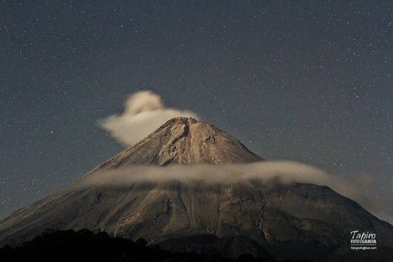 Colima Mexico Volcano last night after one little explosion, Dec. 09 at 03:47 UTC. (Photo: Tapiro)