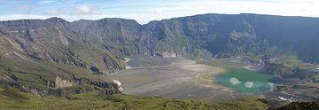 The summit caldera of Tambora volcano (Sumbawa Island, Indonesia), formed during the 1815 eruption (Photo: ThomasH)