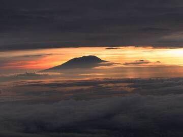 Lawu volcano, seen from the top of Merapi (Feb 2015) (image: Юлия Грубник) (Photo: ThomasH)