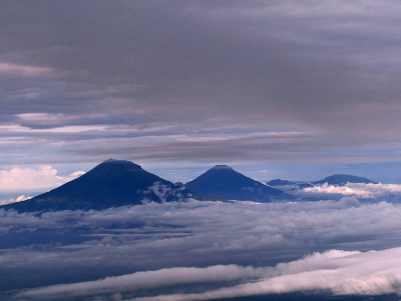 View over Sumbing and Sundoro stratovolcanoes in Central Java, seen from the top of Merapi (Feb 2015) (image: Юлия Грубник) (Photo: ThomasH)