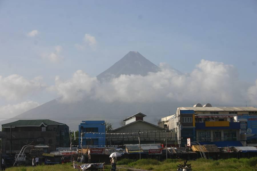 Mayon volcano, Legaspi, Philippines, on 3 Feb 2012. (Photo: ThomasH)