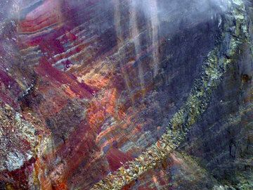 Red scoria layers and lava flows in the crater walls of Agung volcano, Bali (Photo: ThomasH)