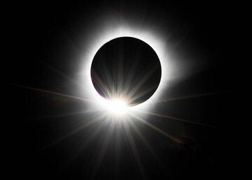 Last second before totality - to the joy of all, the corona is very large during this eclipse! (Photo: Tilmann)