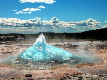 stokkur geysir - milliseconds before eruption (Photo: Tom222)
