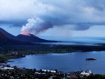 eruption and ashfall at tavurvur (Rabaul) 2011 (Photo: Tom222)