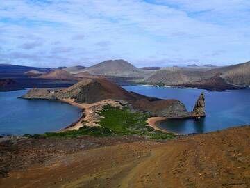 Bartolomé island with many young cinder cones (Galapagos Islands) (Photo: Ursula Lehmann)
