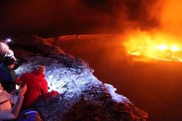 Ich nahm dieses Foto in der Mitte der Nacht am Rande des Puu Oo Vulkan Krater, bewundern den kochenden Lavasee, Kilauea Vulkan in Hawaii, uns. (c)
