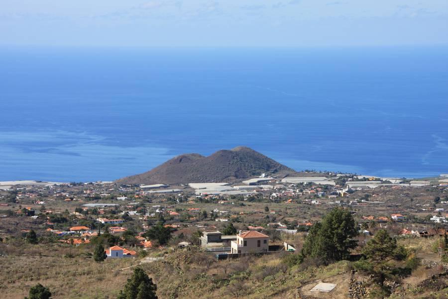 Volcanic cone of Los volcanes de Aridane, next of town Todoque, La Palma Isl. (Photo: WNomad)