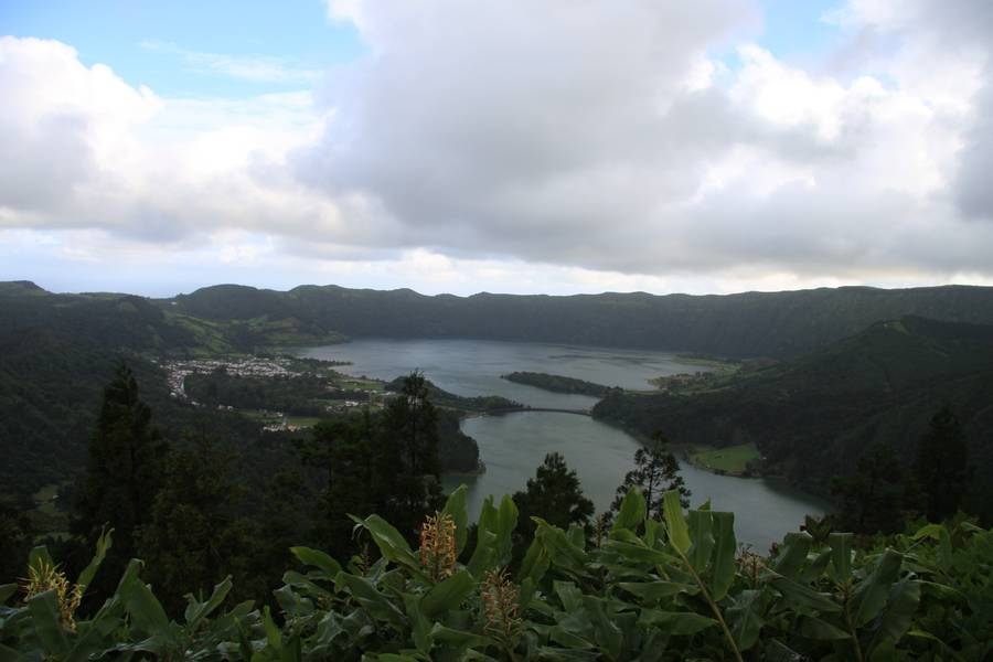Twin lakes of the Cete Cidades crater (Lagoa Azul & Verde), St. Miguel Isl., Acores (Photo: WNomad)