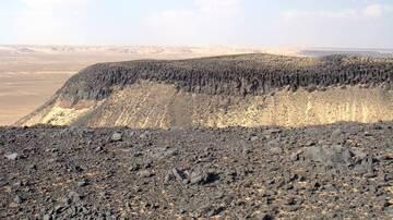 Black Desert (Sahra as-Sauda) between Farafra and Bahariya oases, libyan desert, basalt column hat, Egypt (Photo: WNomad)