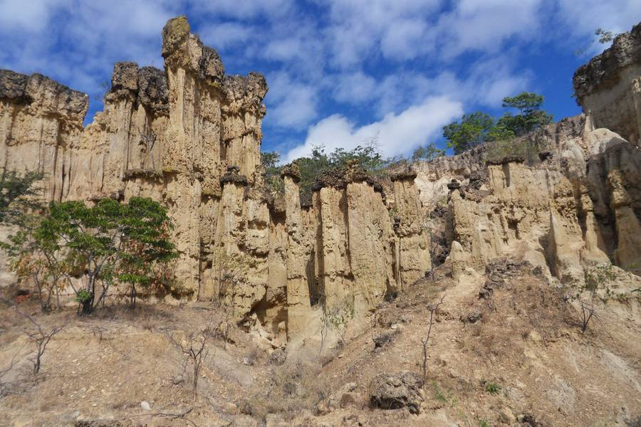 Isimila Site pillars, crowned by volcanic rock, Tansania (Photo: WNomad)