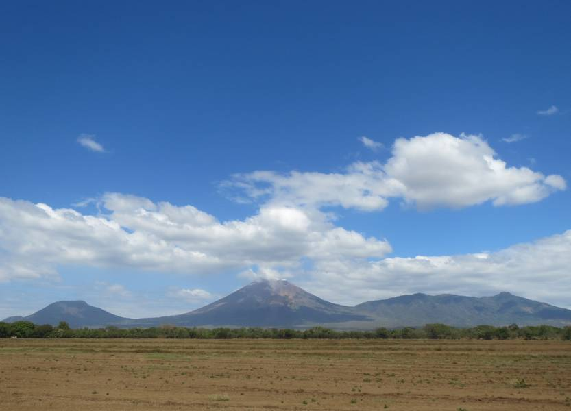 Volcanoes El Chonco, San Cristobal (highest volcano in Nicaragua) and Casita, view from Chichigalpa (Photo: WNomad)