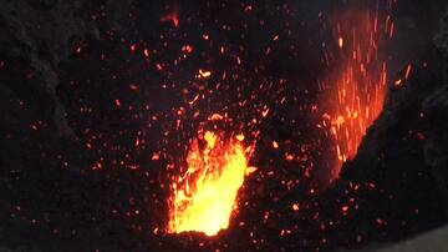 Eruption at Yasur volcano, Vanuatu (Sep 2014) (Photo: Walter Reis)