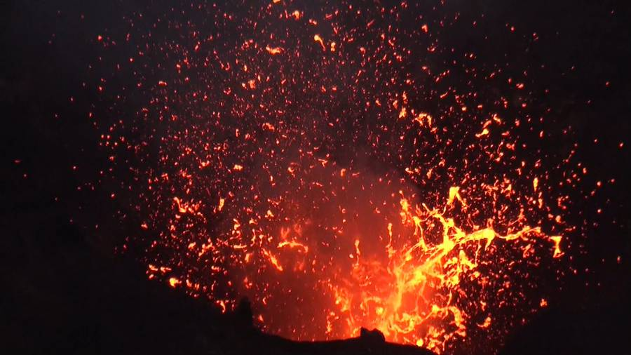 Exploding lava bubble at an active vent in the crater of Yasur volcano, Vanuatu (Sep 2014) (Photo: Walter Reis)