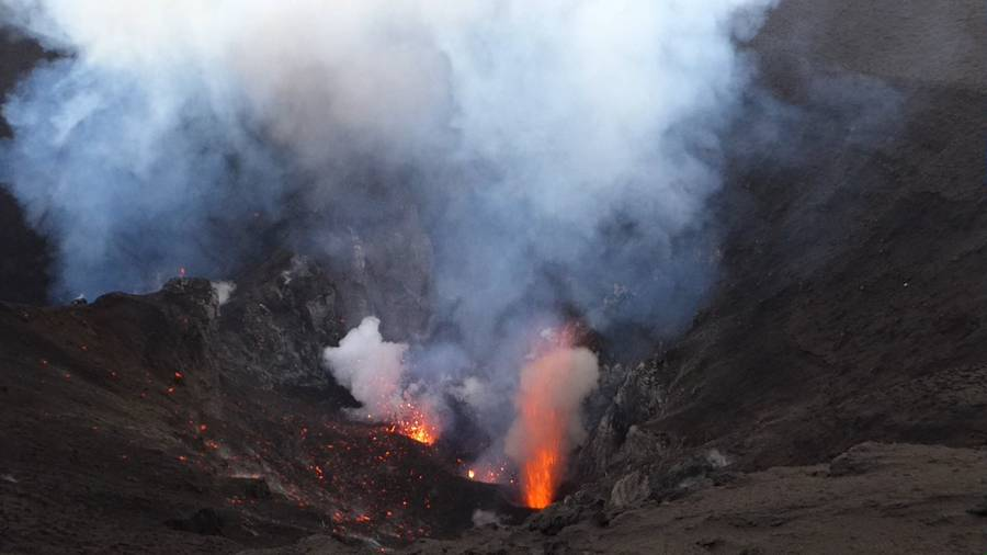 Active vents of the crater of Yasur volcano, Vanuatu (Sep 2014) (Photo: Walter Reis)