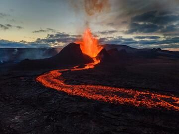 The main cone of the Geldingadalur eruption with a lava fountain and a lava flow. (Photo: World-Geographic)