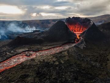 Lava flowing out from the lowest part of the cone's crater. (Photo: World-Geographic)