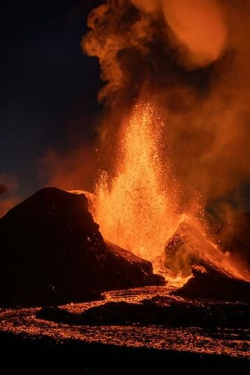 Tall lava fountain, approx. 150 m high, from the main vent at night. (Photo: World-Geographic)