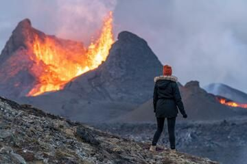 Observer watching the beginning of a lava fountaining phase. (Photo: World-Geographic)
