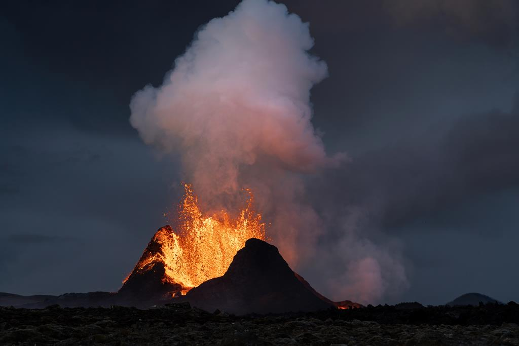 Begin of a lava fountain phase at the main cone on the Fagradalsfjall eruption in Iceland, May 2021 (Photo: World-Geographic)