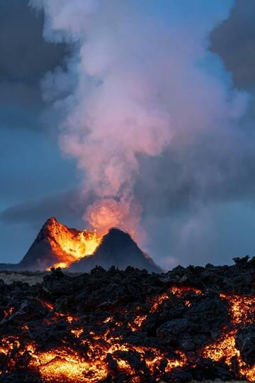 Main cone behind active lava flow front at the beginning of a lava fountaining phase. (Photo: World-Geographic)