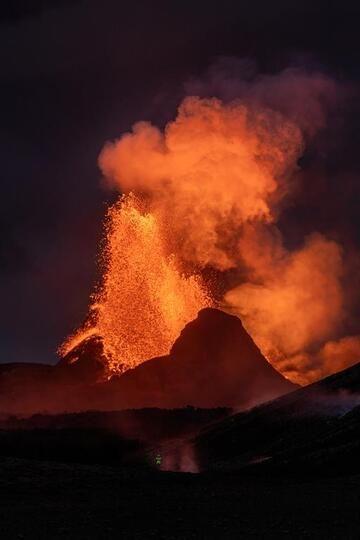 Lava fountain at night (Photo: World-Geographic)