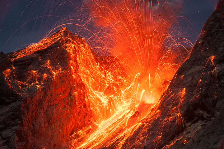 Powerful explosion sending many bombs to the outer flanks of the crater. (Photo: Andi / VolcanoDiscovery Indonesia)