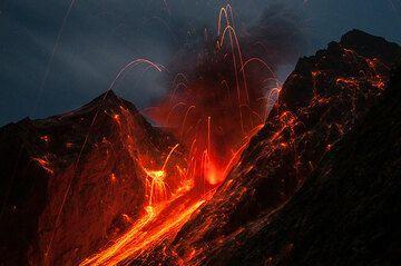 Strong explosion of Batu Tara volcano on the evening of 2 Nov 2014 (Flores Sea, Indonesia) (Photo: Andi / VolcanoDiscovery Indonesia)