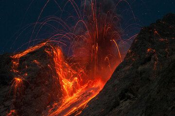 Beautiful symmetrical explosion at night. (Photo: Andi / VolcanoDiscovery Indonesia)
