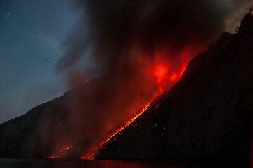 Wind blows the ash plume away from us, fortunately. (Photo: Andi / VolcanoDiscovery Indonesia)