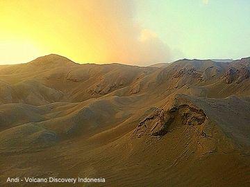 The ash-loaden rim of Dukono volcano. (Photo: Andi / VolcanoDiscovery Indonesia)