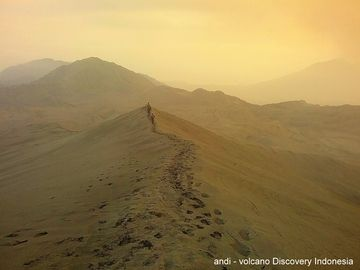 The trail towards the crater rim of Dukono. (Photo: Andi / VolcanoDiscovery Indonesia)