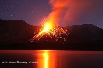 Strombolian explosion from Barujari cone, Rinjani volcano eruption Nov 2015 (Photo: Andi / VolcanoDiscovery Indonesia)