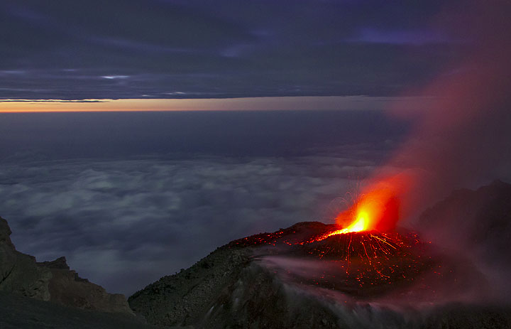 Lava dome and strombolian activity at Semeru volcano in Sep 2014 (East Java, Indonesia) (Photo: Andi / VolcanoDiscovery Indonesia)
