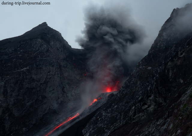 Eruption from Batu Tara volcano (27 December 2014) (Photo: daring-trip)