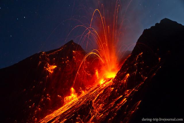 Eruption from Batu Tara volcano (27 December 2014) (Photo: daring-trip)