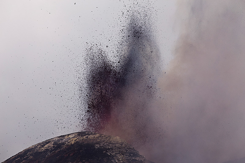 In the afternoon of 15 June, strombolian activity turns into pulsating lava fountains. (Photo: Emanuela / VolcanoDiscovery Italia)