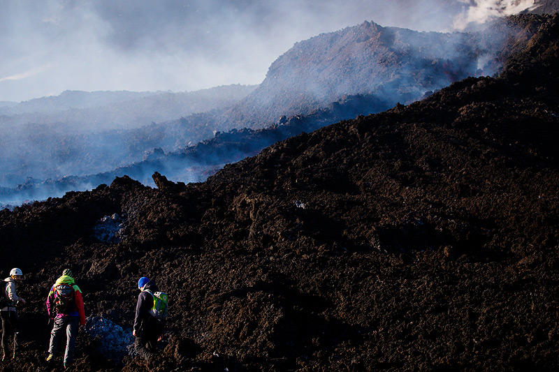 Tourists at the lava flow near its vent at the base of the SE crater complex (Photo: Emanuela / VolcanoDiscovery Italia)