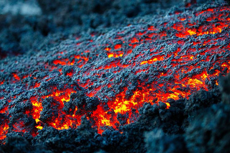 Zoom onto the lava channel's center (Photo: Emanuela / VolcanoDiscovery Italia)