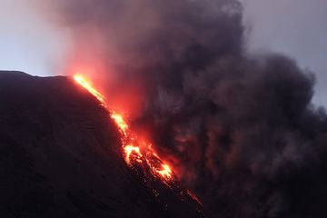 Zoom onto the lava flow with the ash plume from the pyroclastic flow (Photo: roland)