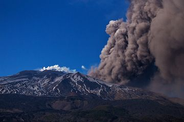 A large ash plume rises from the Valle del Bove: a portion of the lava flow emplaced on the steep western headwall of the depression has collapsed and disintegrated into a pyroclastic flow. (Photo: Emanuela / VolcanoDiscovery Italia)