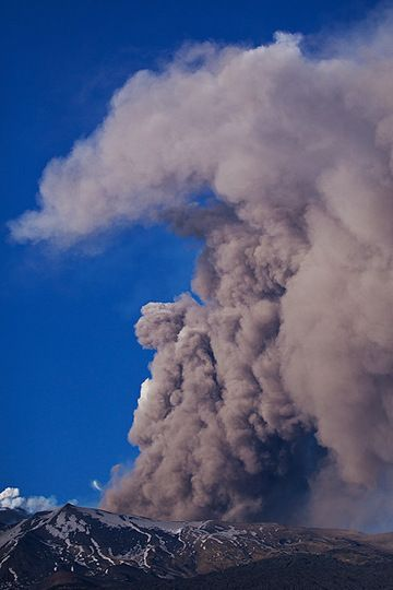 Tall ash plume rising from Etna's Valle del Bove, where a new lava flow descending the steep western headwall of the depressions interacts with snow. (Photo: Emanuela / VolcanoDiscovery Italia)