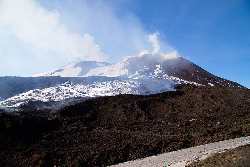 The upper lava flow field below the SE crater complex (Photo: Emanuela / VolcanoDiscovery Italia)