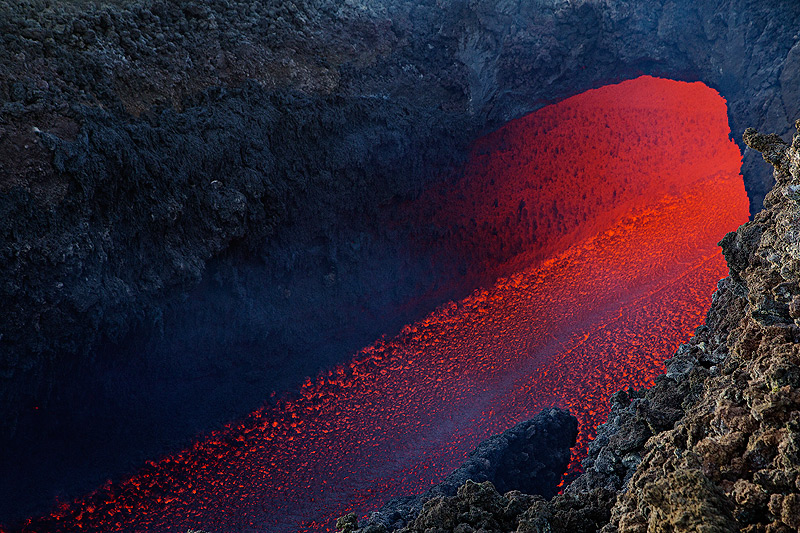 View onto the lava channel exiting its tube. (Photo: Emanuela / VolcanoDiscovery Italia)