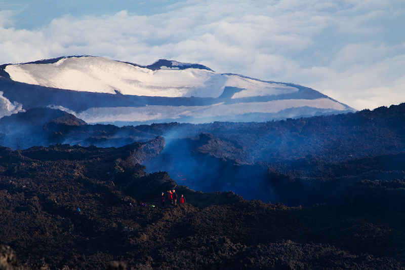 View downslope towards the 2002 eruption craters, still covered in snow. (Photo: Emanuela / VolcanoDiscovery Italia)