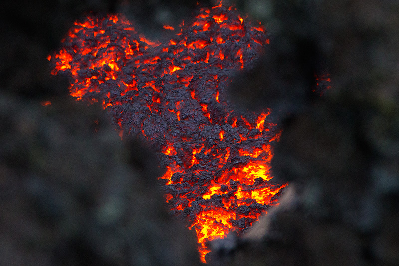 View onto the active flow through cooled parts of the lava channel's margin. (Photo: Emanuela / VolcanoDiscovery Italia)