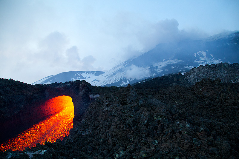 The lava flow in the afternoon. (Photo: Emanuela / VolcanoDiscovery Italia)