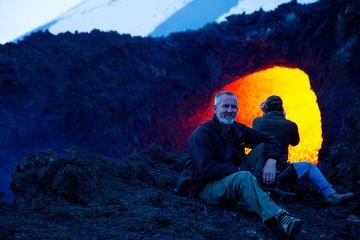 Doug at the vent of the lava flow. (Photo: Emanuela / VolcanoDiscovery Italia)