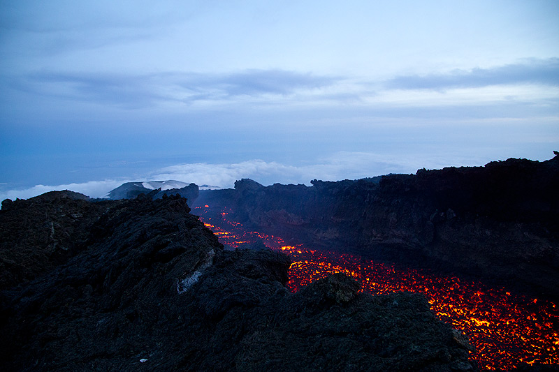Wider-angle view of the active lava channel directed towards the 2002 cinder cones. (Photo: Emanuela / VolcanoDiscovery Italia)