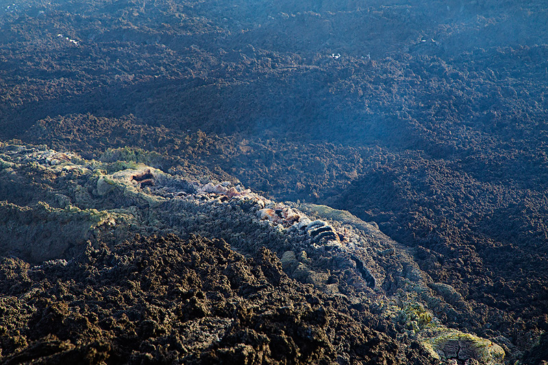 Most of the upper portion of the lava channel is crusted over and the lava flows underground in a tube. (Photo: Emanuela / VolcanoDiscovery Italia)